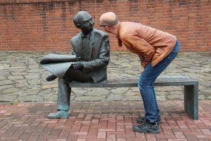 Un homme parle à une statue