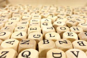 Des cubes de bois avec des lettres permettent de composer n'importe quel mot