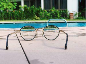 Lunette de vision qui déforme la vue d'une vue d'une piscine lorsque posée au sol