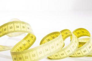Un ruban à mesurer souple, présenté en spirale, montre des des chiffres allant de 31 à 92
